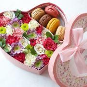 """Коробка с цветами и макурунами """"Сладкий поцелуй"""""""
